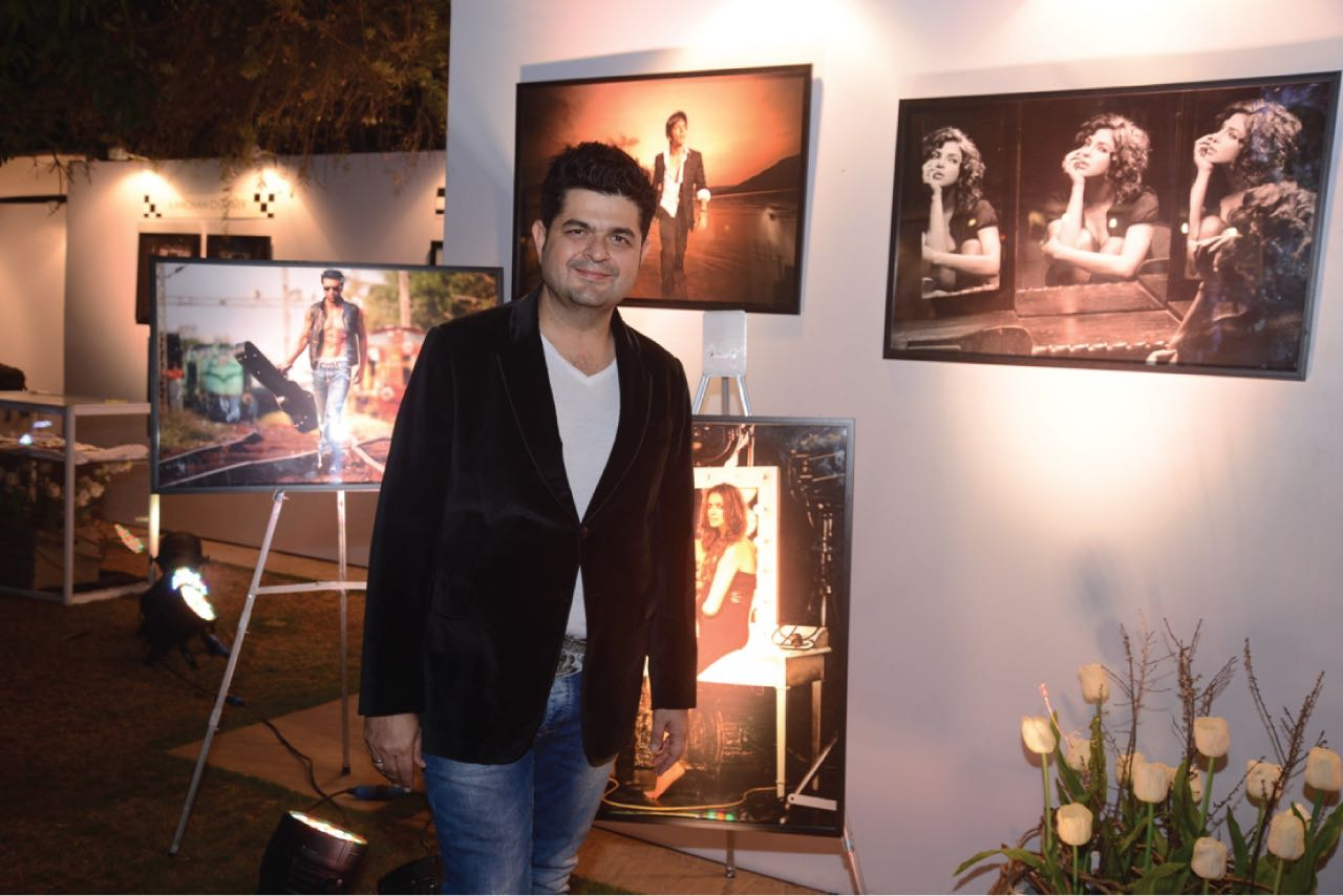 2Dabboo-Ratnani-with-his-exhibit-10-famed-faces-at-BollyGoods
